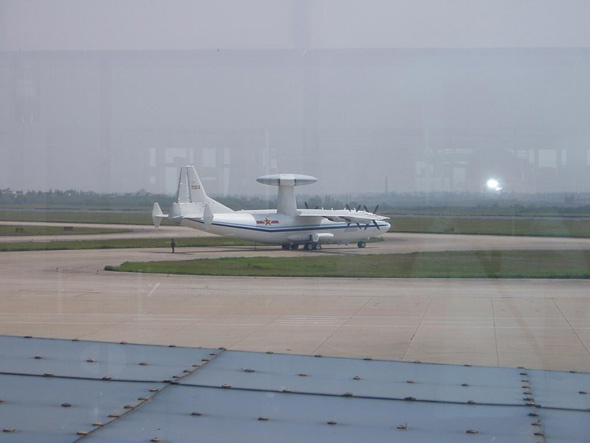 图文:Y8预警机在机场