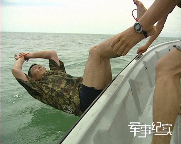 图文:被绑住手脚的徐向贤被扔入海