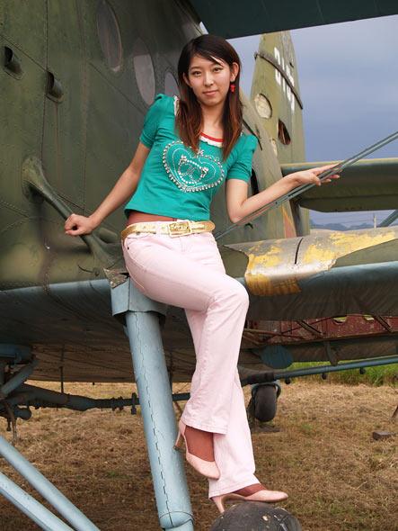 图文:倚靠在机翼上