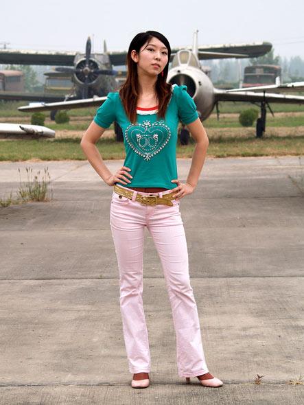 图文:站在飞机前