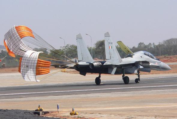 图文:印度空军苏-30MKI战机返航