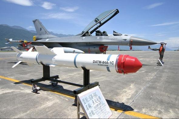 """图文:台湾F-16战斗机在执行反舰任务时可挂载""""鱼叉""""反舰导弹"""