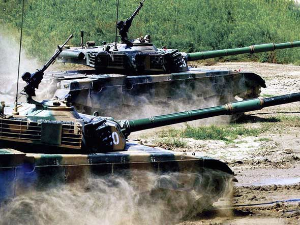 图文:解放军坦克部队进行坦克训练