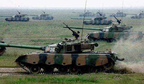 图文:解放军坦克群攻击目标