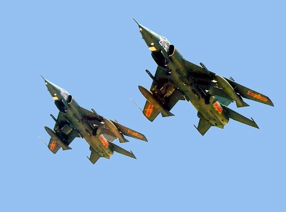 图文:中国空军最新型强五M攻击机双机编队