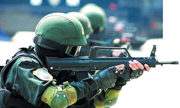 图文:雪狼突击队员手持95式自动步枪射击