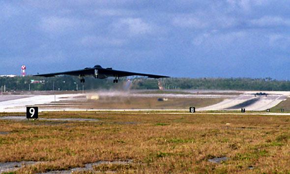 图文:部署在关岛的B-2A隐身轰炸机起飞