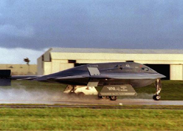 图文:B-2A隐身轰炸机降落在关岛空军基地