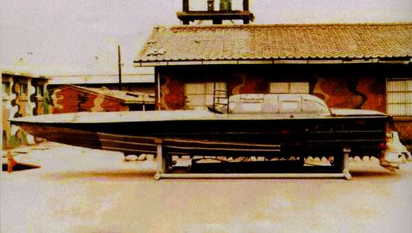 图文:半潜水快艇是朝军独具特色的装备