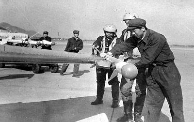 图文:改装成翼尖挂导弹的歼-6III战机