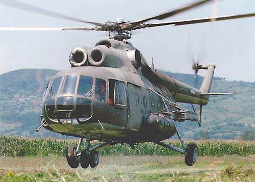图文:我军米8直升机最多可载24名武装士兵