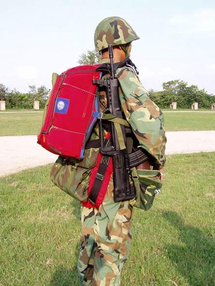 图文:我军全副武装的空降兵