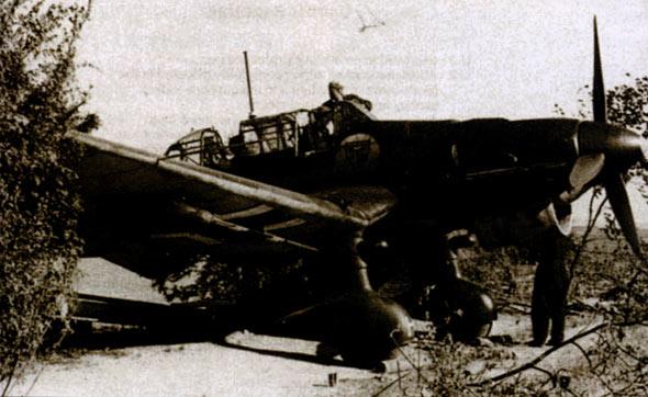 图文:第3中队Ju-87B-1正准备启动发动机