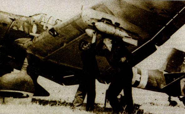 图文:罗马院亚地勤对翼下炸弹架进行调节