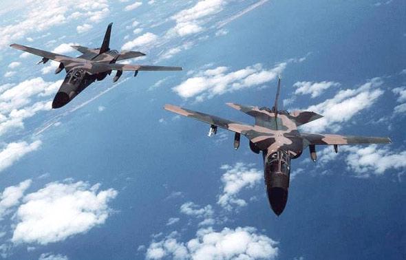 图文:沿越南海岸飞行的F-111战斗轰炸机