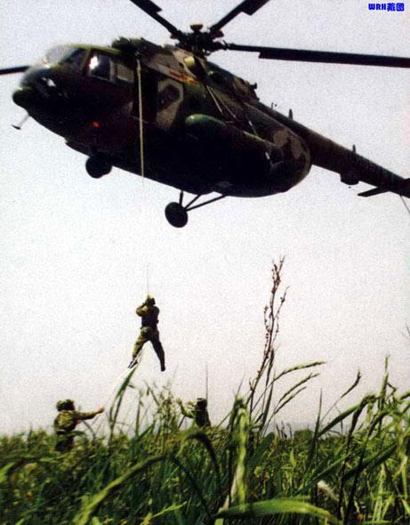 图文:陆航机降作战