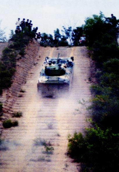 图文:新型空降战车爬坡演示