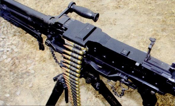 图文:CQ7.62毫米通用机枪压入100发弹链