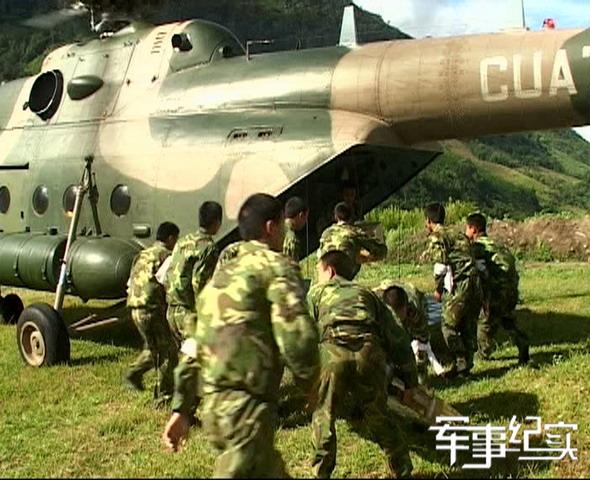 图文:直升机飞临墨脱官兵卸货