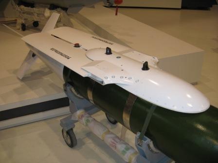 图文:雷石-6滑翔炸弹滑翔翼收起状态