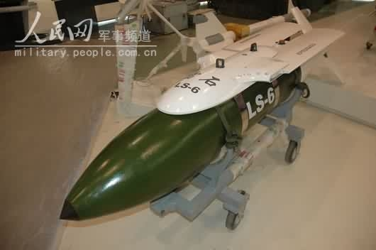 图文:国产雷石-6型滑翔式GPS制导炸弹
