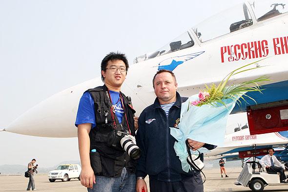 图文:勇士队长与新浪军事特约摄影师合影