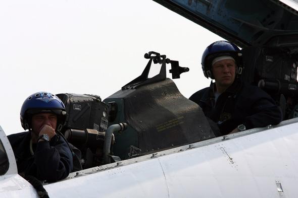 图文:勇士队飞行员抵达珠海后在机上待命