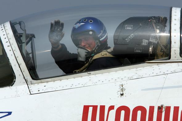 图文:勇士队飞行员向媒体朋友致意