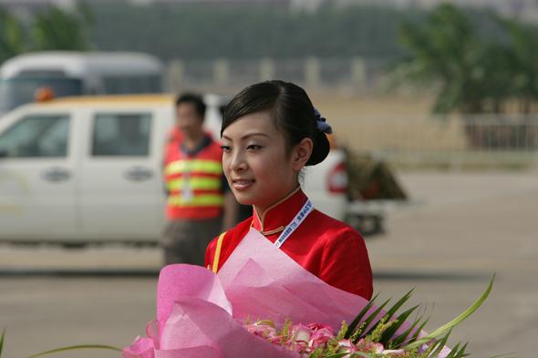 图文:等待为勇士飞行队献花的礼仪小姐