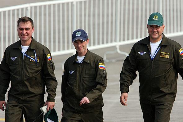 图文:可爱的勇士飞行表演队地勤人员