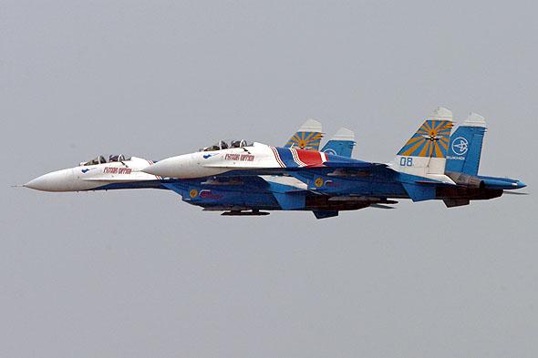 图文:勇士飞行队首批两架SU-27战机起飞