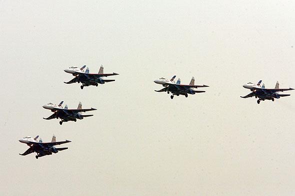 图文:勇士五机编队放起落架开着陆灯低空通场