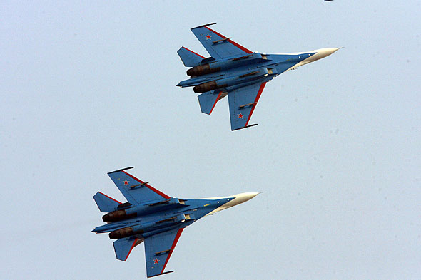 图文:勇士飞行表演队2机编队转弯