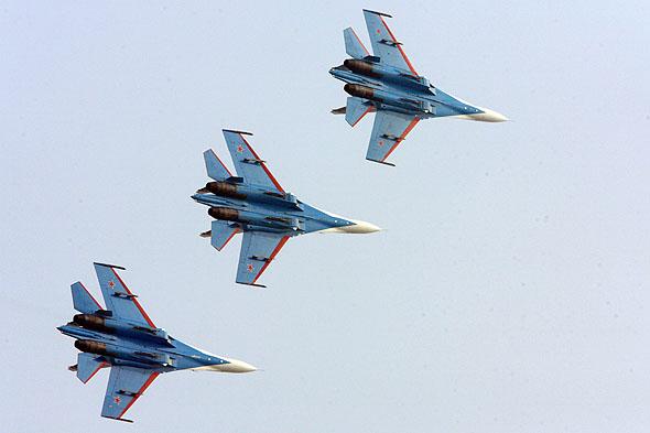 图文:勇士飞行队3机编队横滚通场