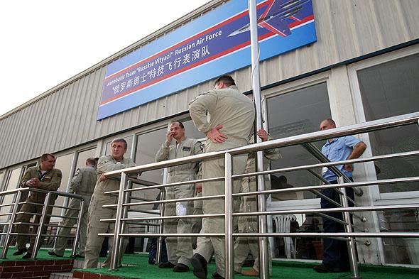 图文:俄罗斯勇士飞行表演队队员表演完毕后休息