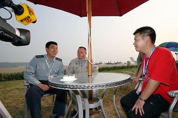 图文:俄罗斯勇士飞行表演队队长接收新浪网独家专访