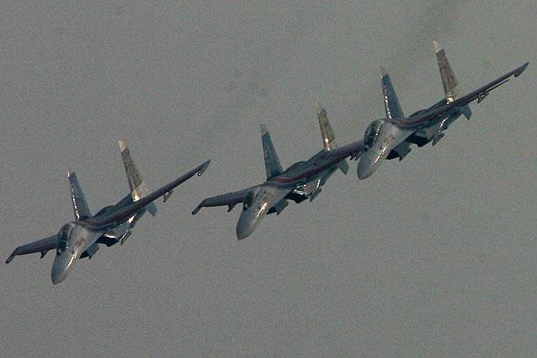 图文:俄罗斯勇士飞行表演队机身反光特写