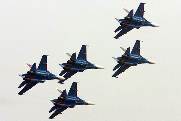 图文:俄空军勇士队飞行编队表演