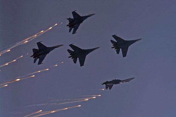 图文:勇士飞行队空中编队分散