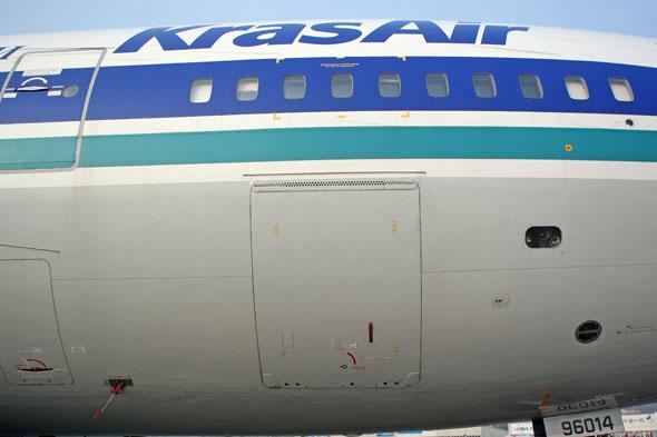 图文:俄罗斯伊尔-96客机舱门