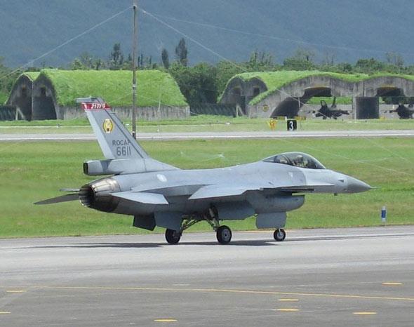 图文:台空军F-16A战机滑向机库