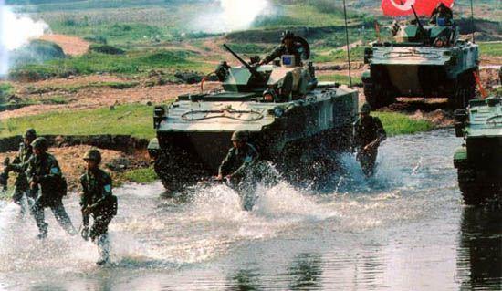 图文:中国伞兵战车编队进行进攻