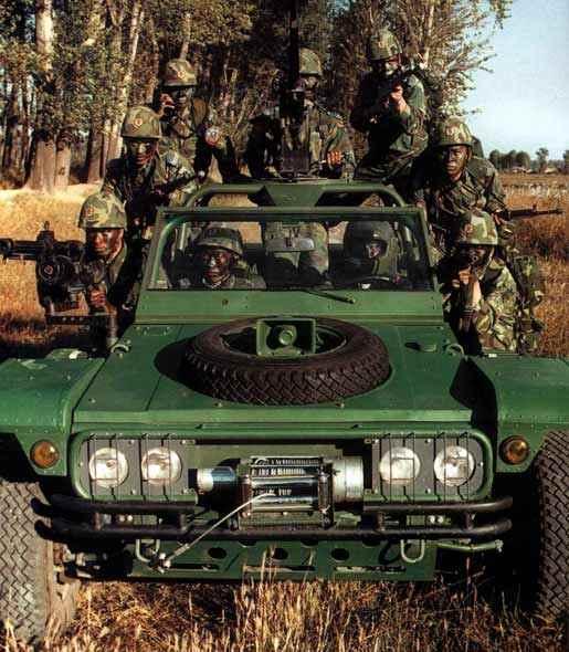 图文:中国空降兵部队士兵与突击车