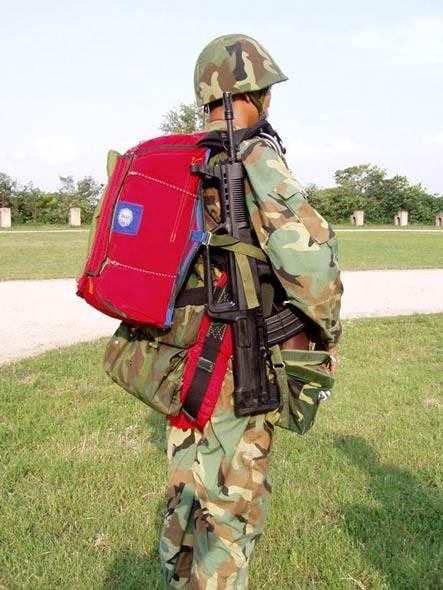 图文:中国全副武装的空降兵装备