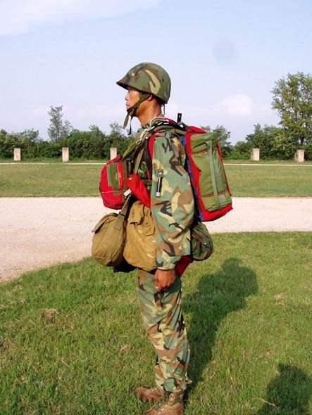 图文:中国全副武装空降兵侧视图