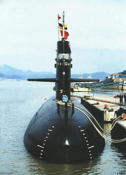 图文:海军基地停靠的宋级039GG型常规潜艇