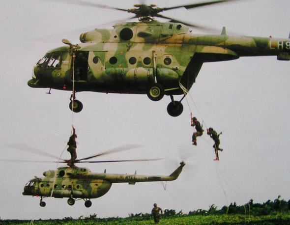 图文:中国陆军特种部队从米17上机降