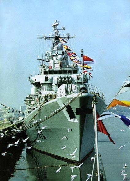 图文:中国海军052型首舰112哈尔滨号导弹驱逐舰