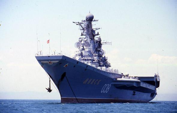图文:前苏联基辅级航空母舰海上航行