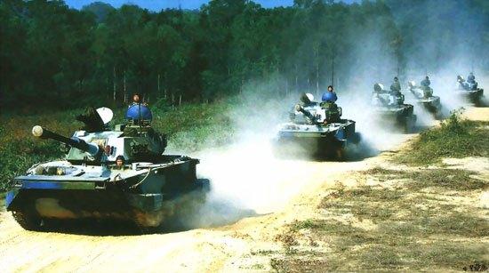 图文:中国海军陆战队63A两栖坦克陆上机动
